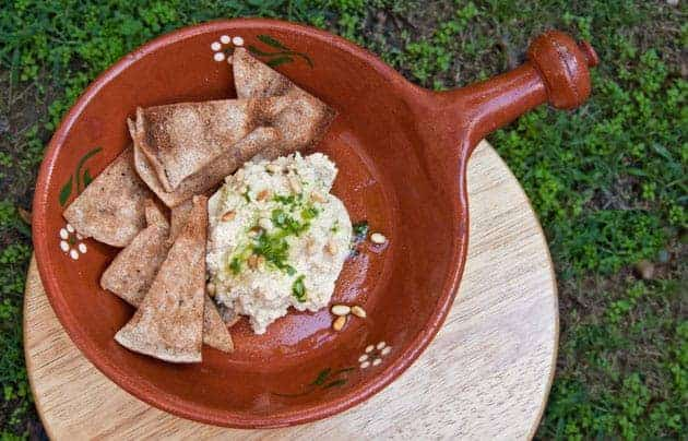 Yummy Hummus Dip: this easy and delicious recipe is perfect for parties, tailgating, football games, or housegating. #recipe #homemade #healthy #snack